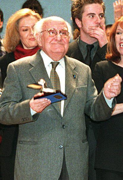 Luis Barbero al recoger el Premio José María Rodero otrogado por la Unión de Actores, en febrero de 2000.