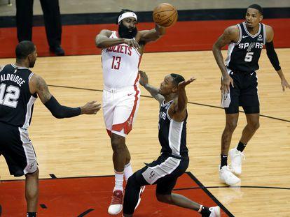 James Harden, ante San Antonio Spurs