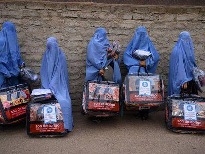 Un grupo de mujeres afganas, ataviadas con burka, tras recibir unas mantas de una organización benéfica en Herat, en diciembre.