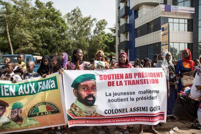 Seguidores del nuevo presidente de Malí, el coronel Assimi Goïta, en el exterior del palacio de congresos de Bamako, donde juró su cargo este lunes.