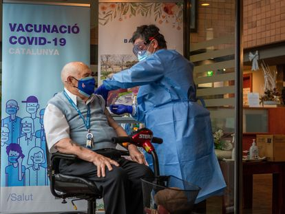 Rafael Perea, de 94 años de edad y residente en el Centro de la tercera edad Ballesol de Badalona (Barcelona), recibe la vacuna.