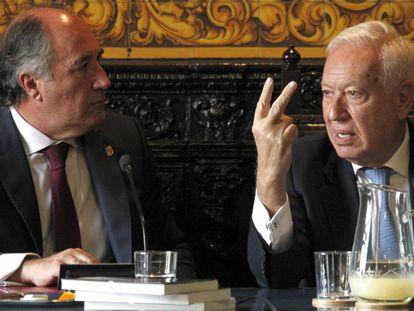 García-Margallo (derecha) conversa con el alcalde de Algeciras, este martes.