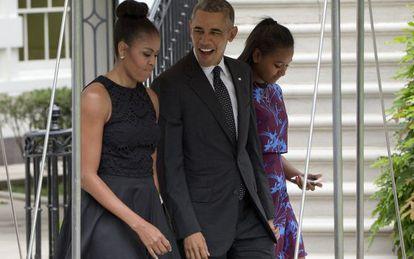 Barack Obama, Michelle Obama, y su hija pequeña Sasha a su salida de la Casa Blanca con destino a la isla de Martha's Vineyard.