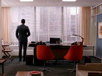 Don Draper, en su despacho, con una lámpara President de Fase reinando en su mesa. Todo un presagio de su futuro.