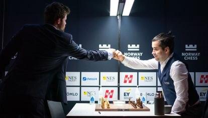 Carlsen, a la izquierda, saluda a Niepómniachi al llegar hoy al tablero en Stavanger
