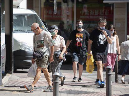 Varias personas caminan por Usera, una de las zonas de Madrid más afectadas por el aumento de contagios de la covid-19.
