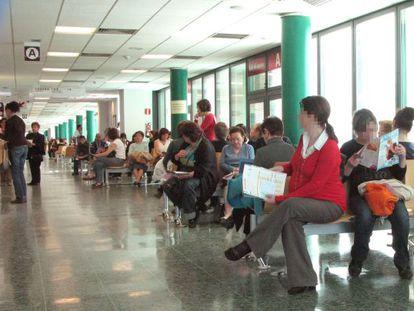 Ciudadanos esperando en el Hospital Clinico Universitario de Santago de Compostela.
