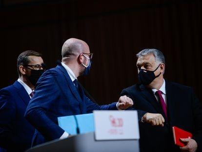 El presidente del Consejo, Charles Michel, saludaba al primer ministro húngaro, Víktor Orbán, en febrero en Cracovia (Polonia).