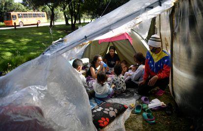 Migrantes venezolanos en una cabaña al norte de Bogotá, en junio.