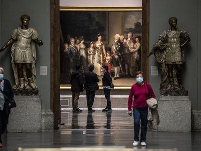 Visitantes de la exposición Reencuentro, ayer en la galería principal del Museo del Prado.