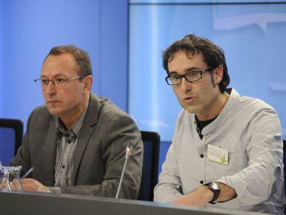 Juanjo Agirrezabala, a la izquierda, y Julen Arzuaga en la presentación del candidato de EH Bildu a Ararteko.