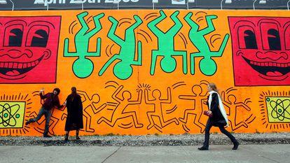 La gente camina por una recreación de un mural sin título pintado por el artista Keith Haring en Nueva York.