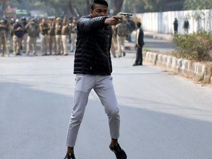 Un hombre dispara contra manifestantes, el pasado 31 de enero en Nueva Delhi.