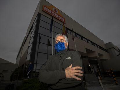 Julio Carballeda, trabajador reconvertido de la hostelería, delante de la industria donde trabaja.