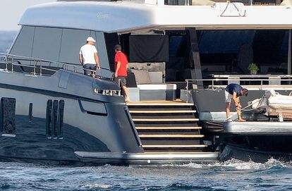 El tenista Rafa Nadal en su nueva embarcación junto a su amigo Marc López, en Mallorca el pasado sábado.