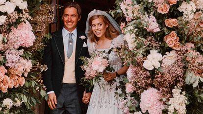 Beatriz de York y Edoardo Mapelli Mozzi tras su boda, celebrada en la capilla de Todos los Santos, en Windsor, el 17 de julio de 2020.