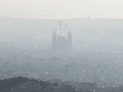 Nube de contaminación sobre la ciudad de Barcelona