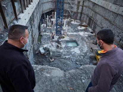 Dos trabajadores de la construcción trabajan en una obra tras la reactivación de la actividad laboral no esencial en Navarra, este martes.