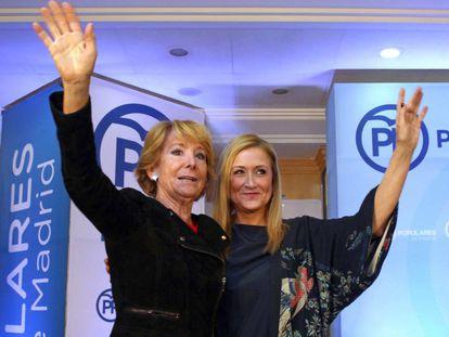 Las expresidentas de la Comunidad de Madrid Esperanza Aguirre y Cristina Cifuentes, durante un evento en 2015.