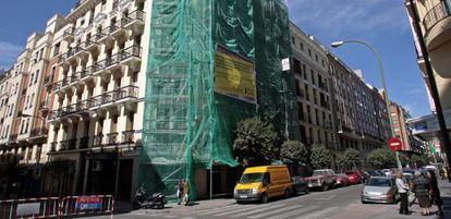 Obras en la fachada del edificio situado en la calle de Fernando el Católico, en Madrid.