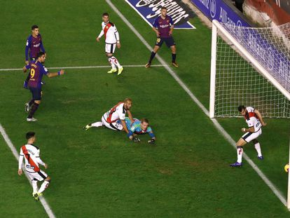Luis Suárez marca el gol del Barcelona.