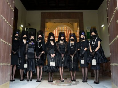 Modelos vestidas de mantilla con creaciones de seis diseñadores andaluces a las puertas de la Casa de la Provincia en Sevilla.