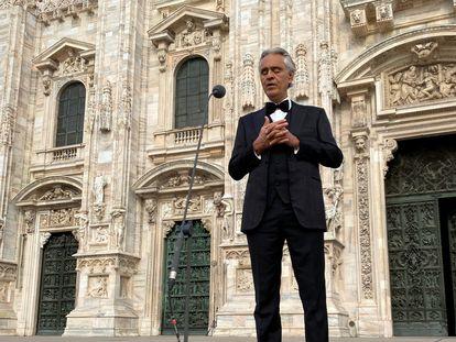Andrea Bocelli, en un recital en la catedral de Milán, el 12 de abril de 2020.