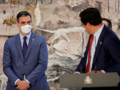El nuevo director del Gabinete de la Presidencia del Gobierno, Óscar López Águeda, mira al presidente Pedro Sánchez durante un discurso.