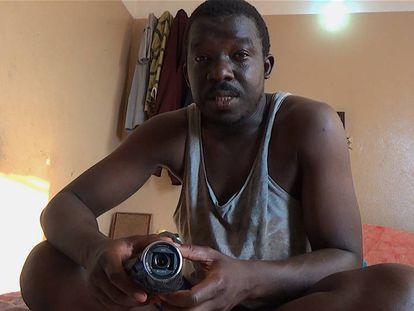 Kumut con su cámara en una habitación.