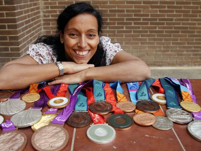 La nadadora paralímpica española Teresa Perales posa con sus 22 de sus 26 medallas ganadas durante los Juegos Paralímpicos, en septiembre de 2012.