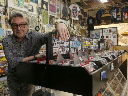 Juan Vitoria, en su tienda Discos Amsterdam de Valencia.