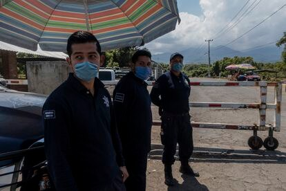 Guardias comunitarios impiden el acceso a la comunidad de Santa Ana Zirosto, a todo aquel visitante ajeno al lugar.