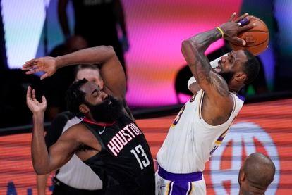 LeBron James se eleva por encima de James Harden.