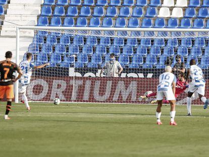 Rubén Pérez bate a Jaume desde el punto de penalti.