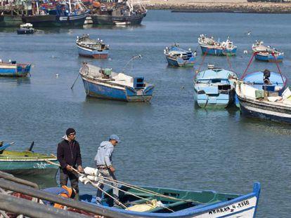 """Pescadores marroquíes del puerto de Larache, en la costa atlántica, al noroeste de Marruecos. En vídeo, Rabat aplicará """"el principio de la buena vecindad"""" sobre aguas con España."""