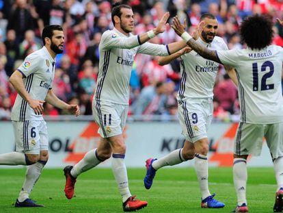 Marcelo y Bale felicitan a Benzema por su gol al Athletic.