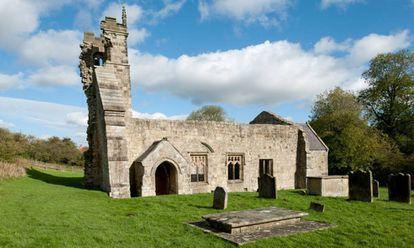 Imagen de los restos de la Iglesia y el cementerio de Wharram.