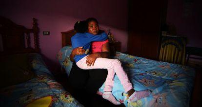 Mónica Bright abraza esta semana a su hija de nueve años en su domicilio de Perlío, A Coruña.