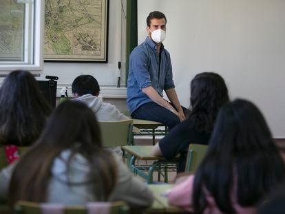 El profesor de Lengua Víctor González, en una clase del IES Juan de Mairena, en San Sebastián de Los Reyes, Madrid.