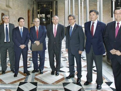 Desde la izquierda, Xavier Adserà, Germà Gordó, Enrique Bañuelos, Andreu Mas-Colell, Isidre Fainé, Artur Mas, Lluís Recoder y Francesc Xavier Mena, el 2012, al Palau de la Generalitat.