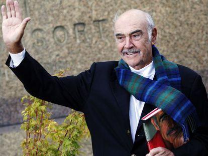 El actor Sean Connery, con su libro, 'Ser escocés', en Edimburgo.