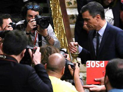 El presidente del Gobierno, Pedro Sánchez, abandona el hemiciclo este pasado jueves.