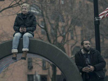 Dos personajes de 'El cuento de la criada' en el ficticio barrio Little America en Toronto, Canadá. En vídeo, el tráiler de la tercera temporada de la serie.