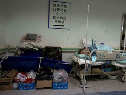 Los hospitales y los sanitarios también están siendo investigados. Los bajos salarios y las deficientes instalaciones incentivan los sobornos. / Han Guan (AP)