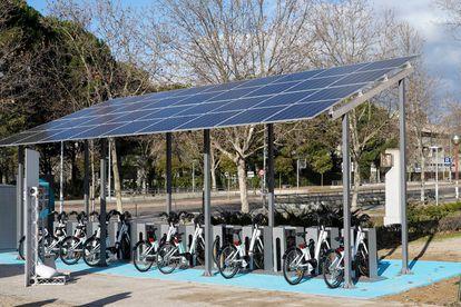 Una de las tres nuevas estaciones de Bicimad que funcionan con energía solar. situada en la Avenida Complutense de Ciudad Universitaria.