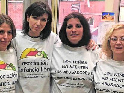 Madres de Infancia Libre, tras ser invitadas por Podemos al Senado, en 2017.