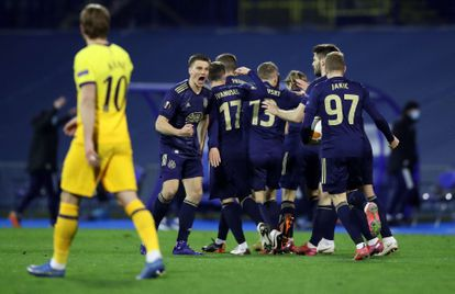 Harry Kane observa como los jugadores del Dinamo celebran un gol durante el partido de vuelta de octavos de la Europa League este jueves.