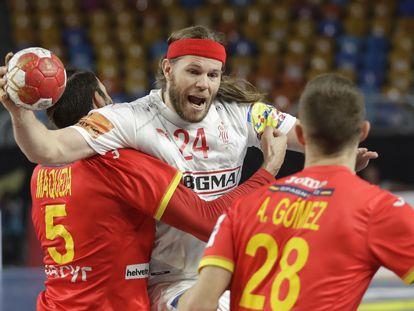 Mikkel Hansen (con el balón) trata de superar a Jorge Maqueda este viernes en la semifinal del Mundial entre España y Dinamarca.