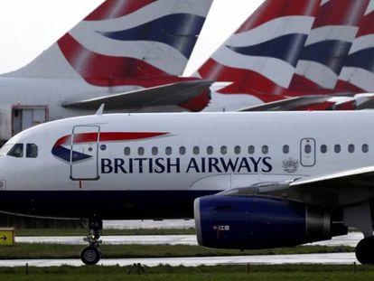 Aviones de British Airways estacionados en el aeropuerto londinense de Heathrow, propiedad de IAG.