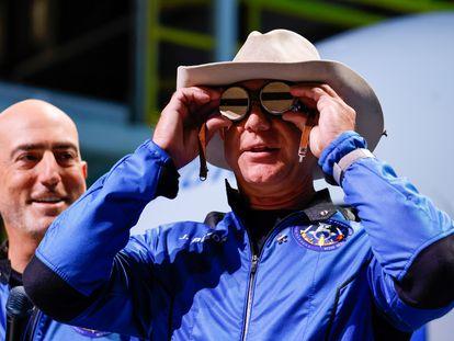 El multimillonario Jeff Bezos muestra unas gafas de protección que pertenecieron a Amelia Earhart en una conferencia de prensa tras el vuelo de la nave espacial Blue Origin.